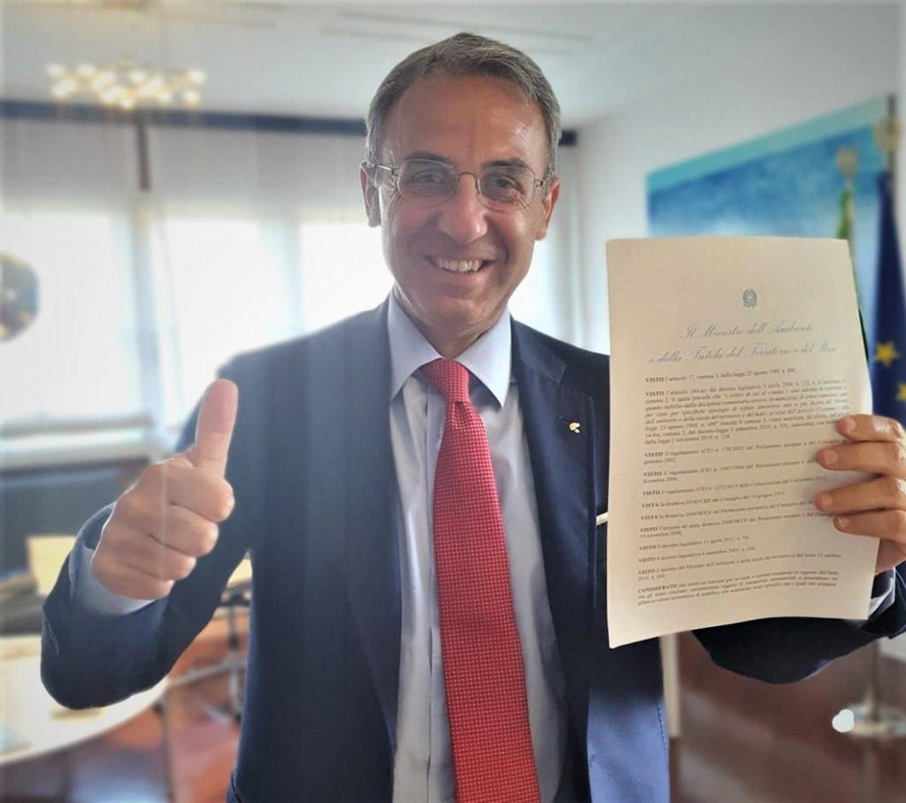 Ministro Ambiente Sergio Costa firma il decreto end of waste per carta e cartone