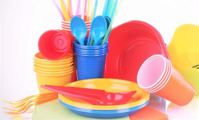Articoli in plastica monouso per alimenti: piatti, bicchieri, posate.
